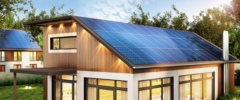 Una casa con un impianto di produzione di energia sostenibili a pannelli solari per energia fotovoltaica
